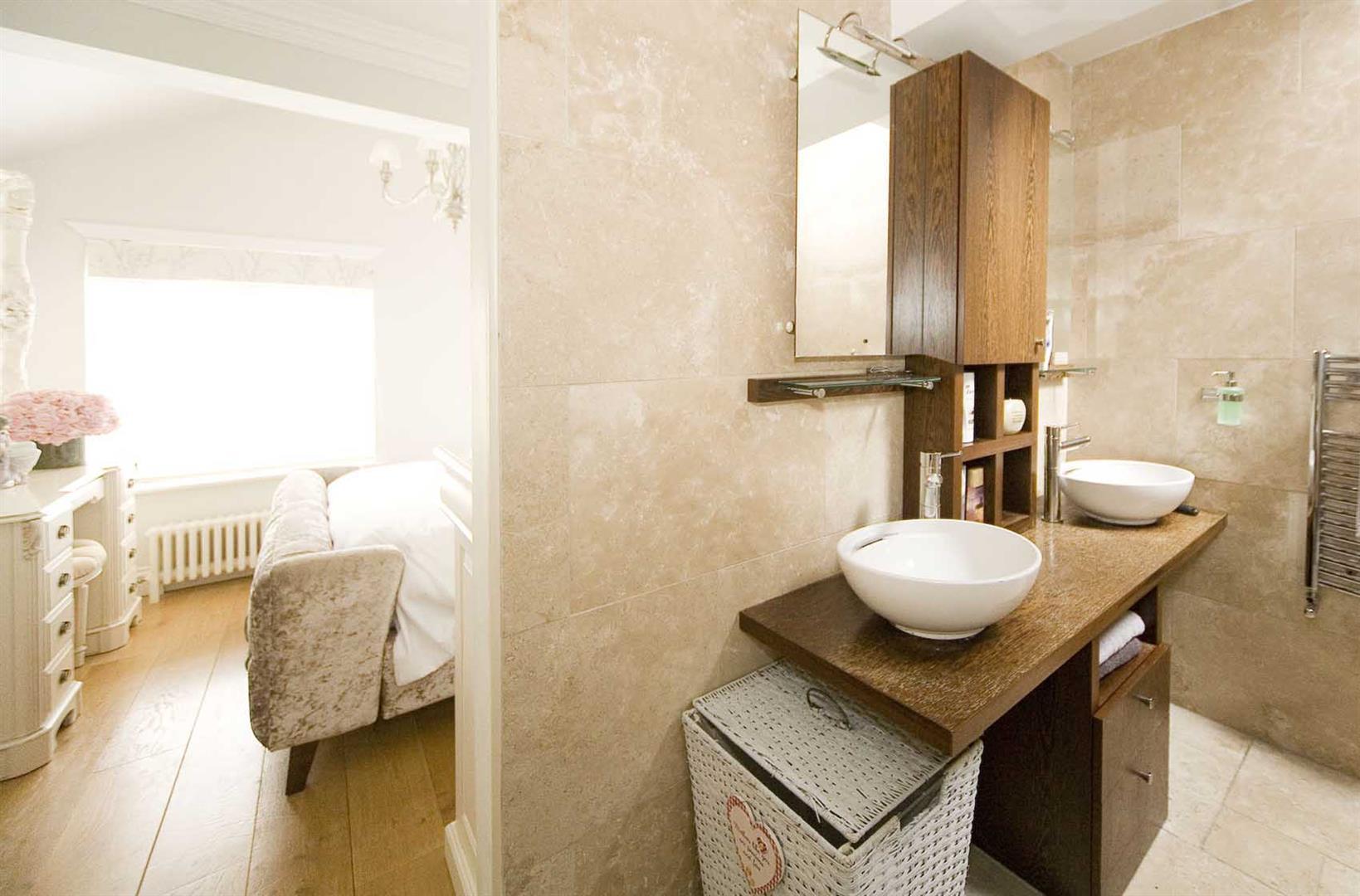 En suite/Master bedroom